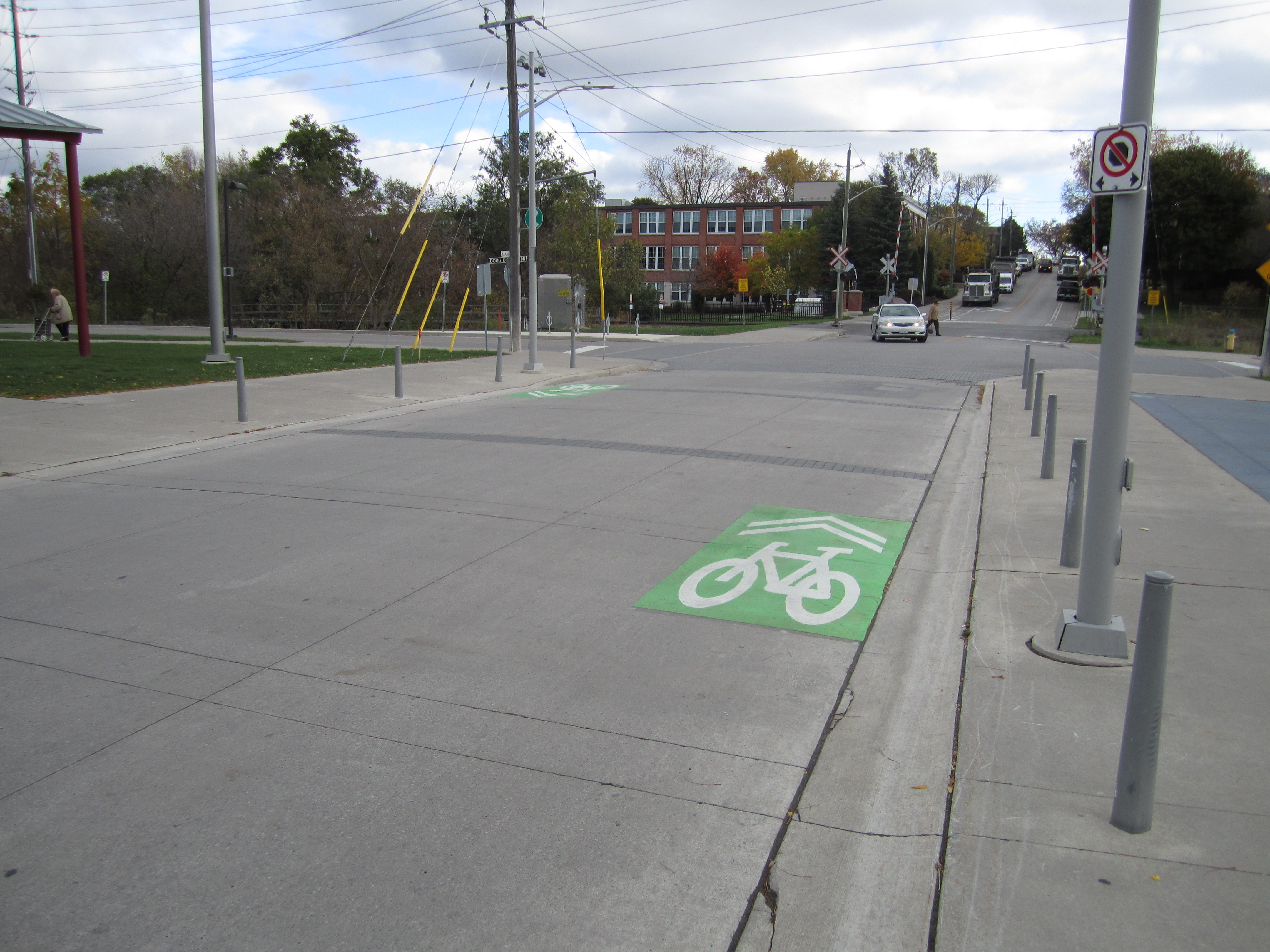 A picture of green route markers, or sharrows, on Timothy st looking eastbound